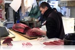 Разделка тунца на рынке Цукидзи (Токио)